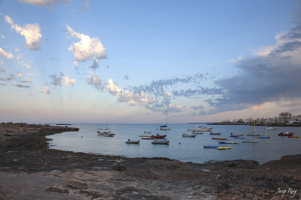 Boote in Cala Galiota, La colònia de Sant Jordi